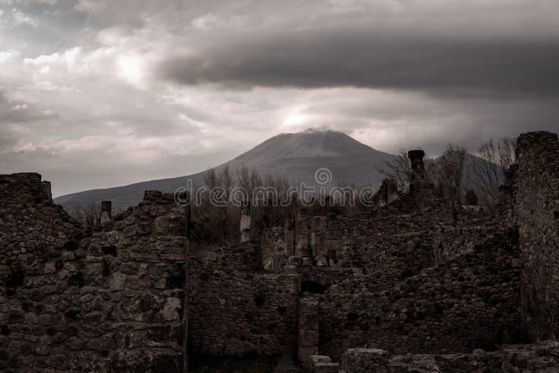 De ruïnes en de Vesuvius van Pompei vulcan op de achtergrond stock foto