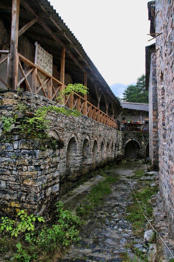 De ruïnes van Agios Dimitrios Monastery, zetten onder Olympos, Griekenland op stock foto's