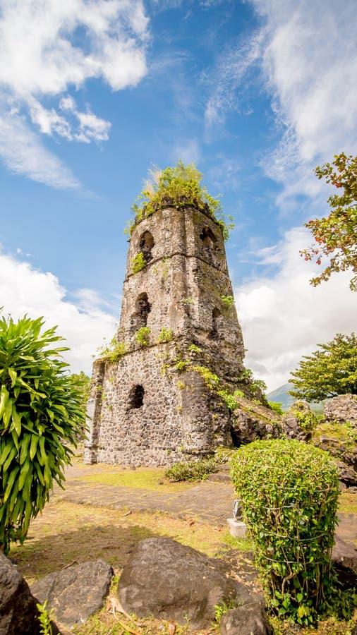 De ruïnes van de Cagsawakerk met de vulkaan van Onderstelmayon op de achtergrond, Legazpi, Filippijnen stock foto's