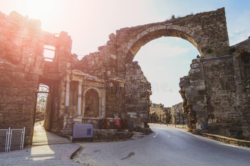 De ruïnes van de centrale poort van de oude stad van Kant in Turkije in het licht van de het plaatsen zon royalty-vrije stock foto