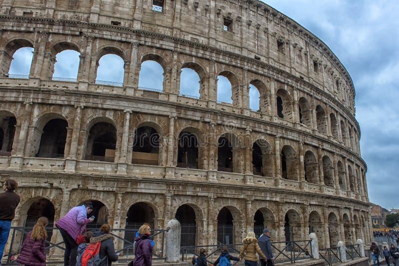 De ruïnes van Colosseum en de toeristen stock afbeeldingen