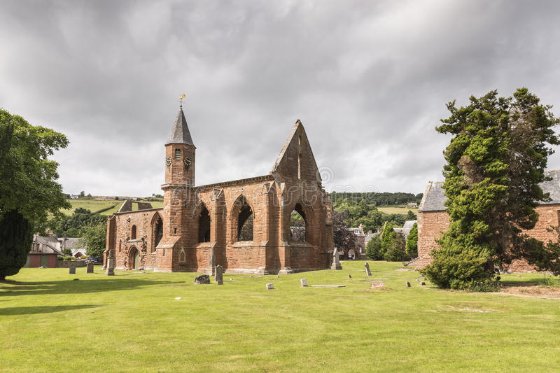 De ruïnes van de Fortrosekathedraal op het Zwarte Eiland in Schotland stock afbeeldingen