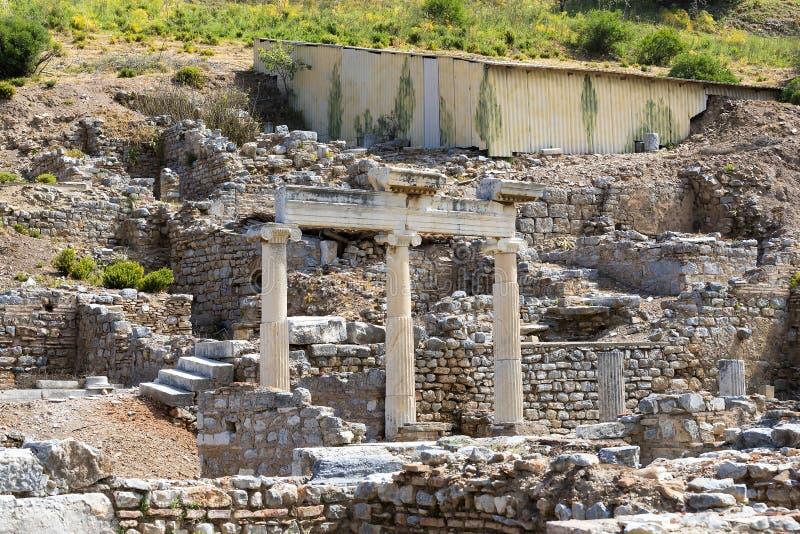De ruïnes van de oude antieke stad van Ephesus de bibliotheek bouw van Celsus, de amfitheatertempels en de kolommen Kandidaat F stock fotografie