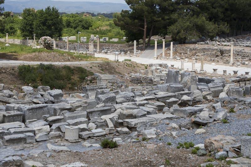 De ruïnes van de oude antieke stad van Ephesus de bibliotheek bouw van Celsus, de amfitheatertempels en de kolommen Kandidaat F stock foto's