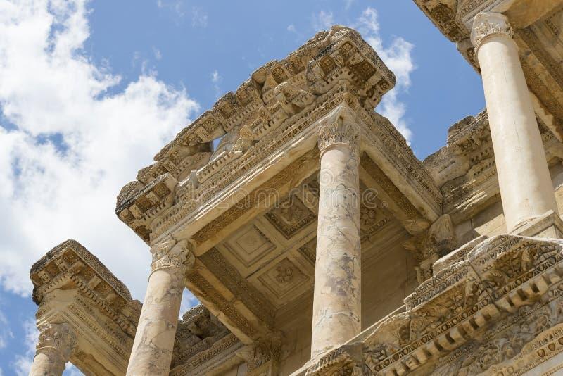 De ruïnes van de oude antieke stad van Ephesus de bibliotheek bouw van Celsus, de amfitheatertempels en de kolommen Kandidaat F stock afbeelding