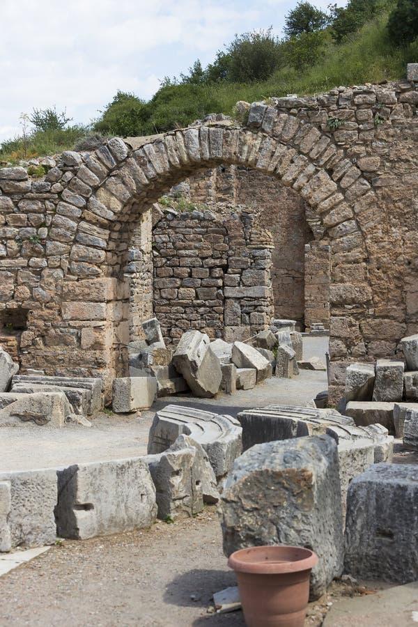 De ruïnes van de oude antieke stad van Ephesus de bibliotheek bouw van Celsus, de amfitheatertempels en de kolommen Kandidaat F stock afbeeldingen