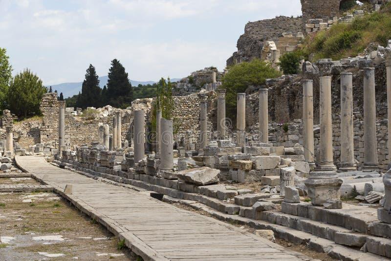 De ruïnes van de oude antieke stad van Ephesus de bibliotheek bouw van Celsus, de amfitheatertempels en de kolommen Kandidaat F stock foto