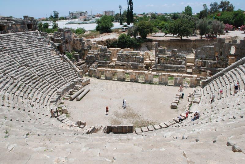 De ruïnes van een amfitheater van een oude stad in Turkije dichtbij Antalya royalty-vrije stock afbeelding