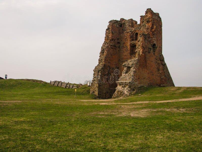 De ruïnes van een oud feodaal kasteel stock afbeeldingen