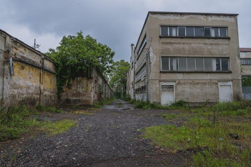 De ruïnes van een oude ontmantelde fabriek stock foto
