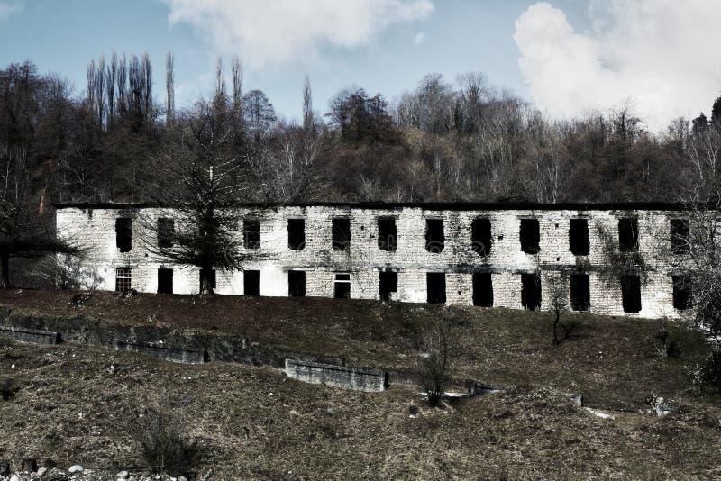 De ruïnes van een two-storey baksteenhuis royalty-vrije stock foto's