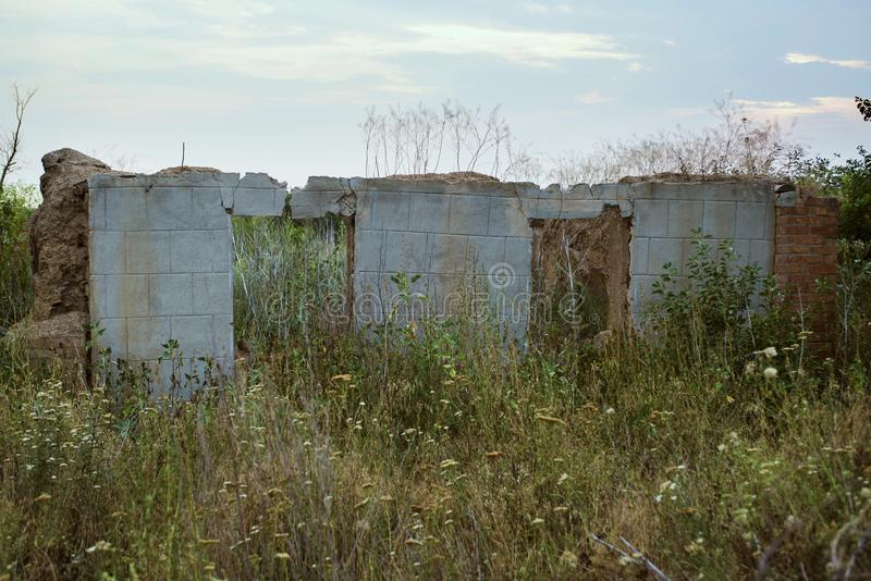 De ruïnes van een verlaten huis stock foto's
