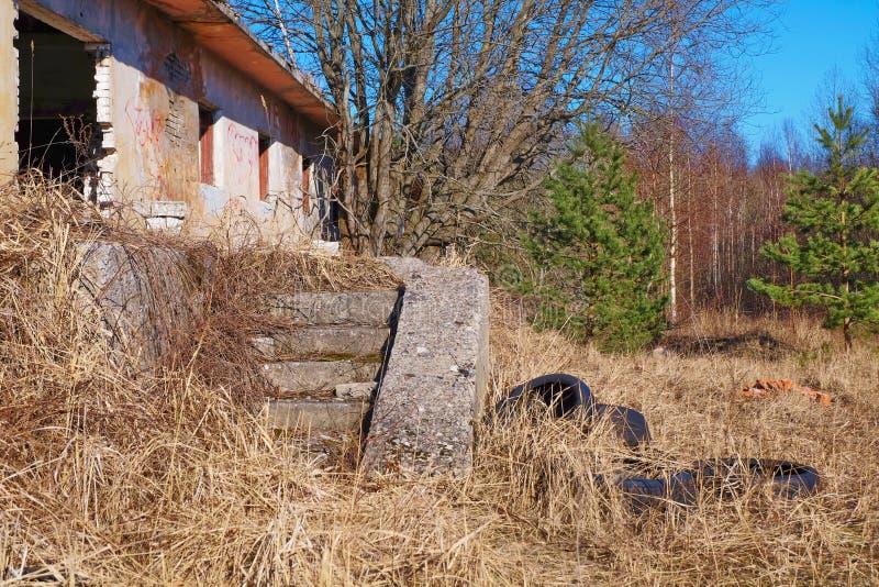 De ruïnes van een verlaten huis stock afbeeldingen