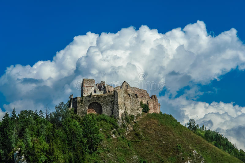 De ruïnes van het kasteel op de heuvel stock afbeeldingen