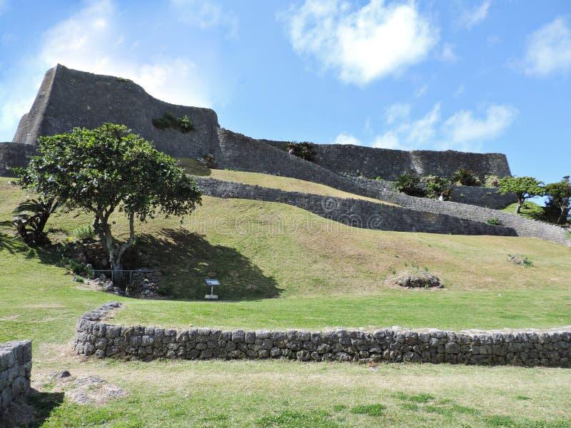 De Ruïnes van het Katsurenkasteel in Okinawa, Japan stock afbeelding