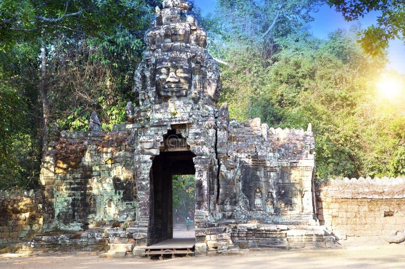 De ruïnes van ingangspoort van de tempel (12de eeuw), Siem oogsten, Kambodja stock afbeeldingen