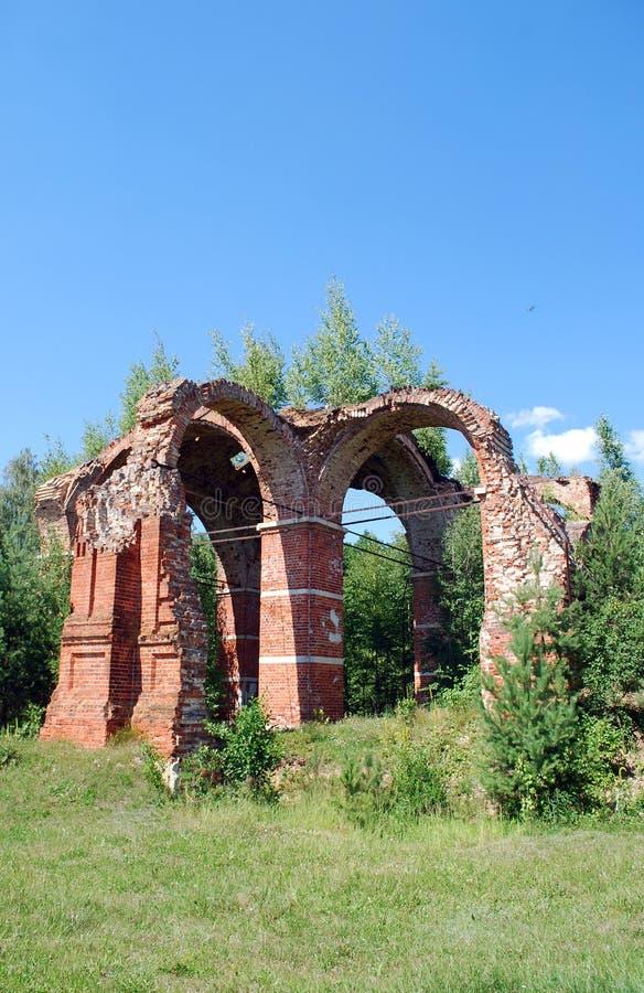 De ruïnes van de kerk vernietigden tijdens Wereldoorlog II de militairen die zich op de rand van het bos bevinden royalty-vrije stock fotografie