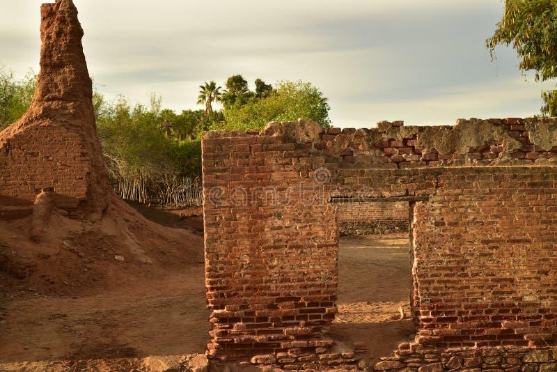 De ruïnes van oude baksteensuiker malen in Todos Santos, Baja, Mexico stock afbeeldingen