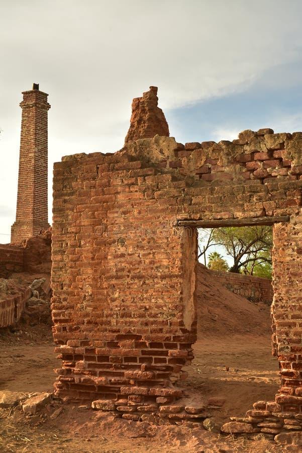 De ruïnes van oude baksteensuiker malen in Todos Santos, Baja, Mexico royalty-vrije stock fotografie