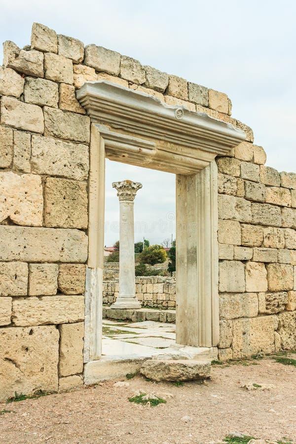 De ruïnes van oude Griekse stad van Chersonesus Taurica in het schiereiland van de Krim onder de bewolkte hemel, Sebastopol, de H stock afbeelding