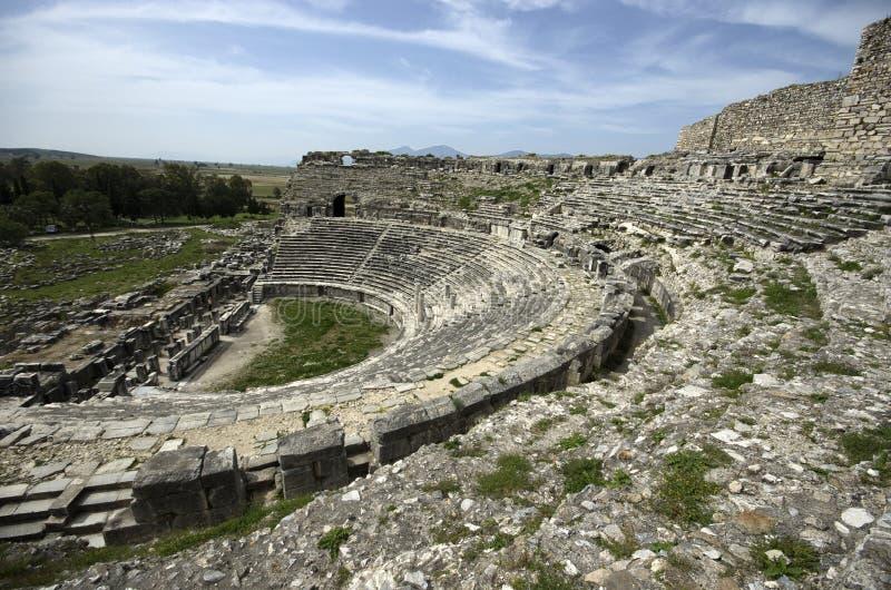 De ruïnes van oude het badpool en leeuw van Fausta beeldhouwen in de oude stad van Miletus, TurkeyView van kant van oude het thea royalty-vrije stock afbeelding
