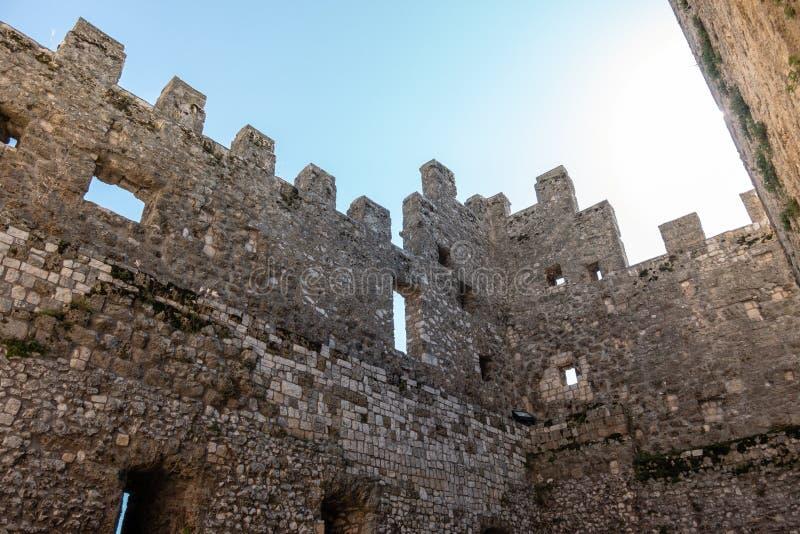 De ruïnes van Oude Middeleeuwse Kasteelmuur, met Blauwe Hemel, bekijken van binnenuit stock foto