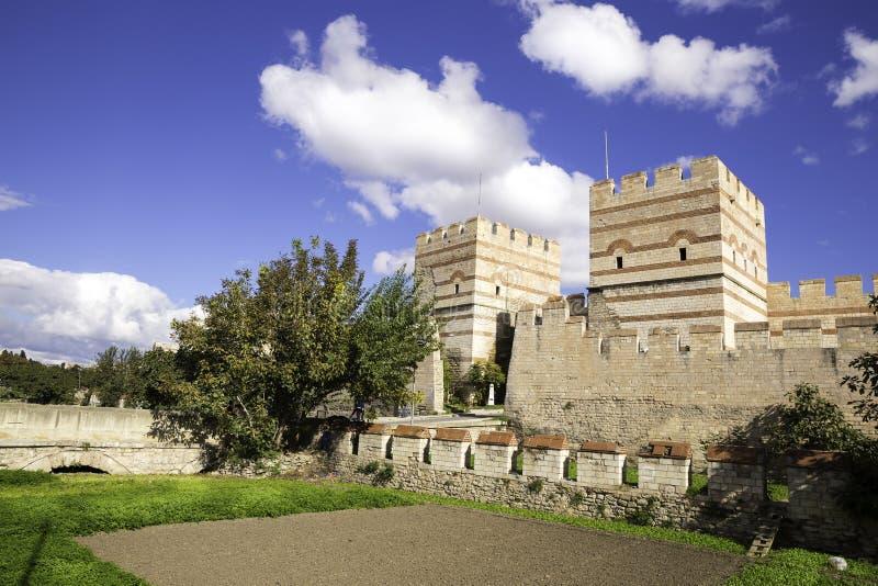De ruïnes van oude vestingsmuur van Belgradkapi, Belgrad-Poort is een kwart in Zeytinburnu-district van Istanboel in Turkije royalty-vrije stock afbeeldingen