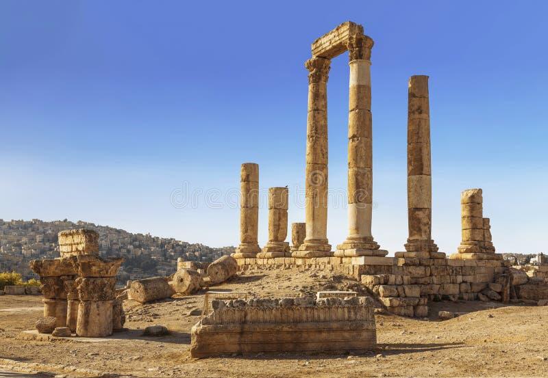De ruïnes van de Tempel van Hercules in Amman, de oude vesting op een achtergrond van het stedelijke landschap royalty-vrije stock foto