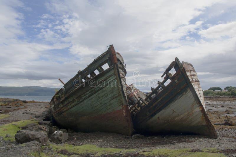 De ruïnes van twee boten stock afbeeldingen
