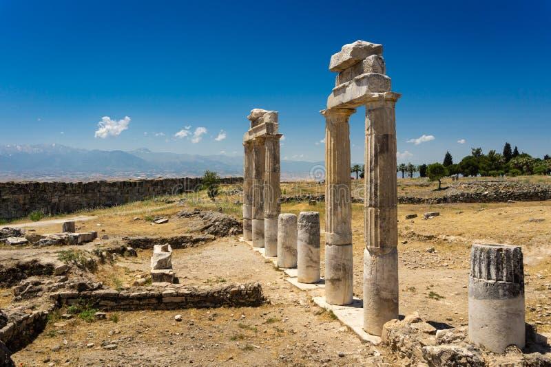 De ruïnesmening van de Hirapolis Oude Stad met kolommen Pamukkale, Denizli, Turkije stock afbeeldingen