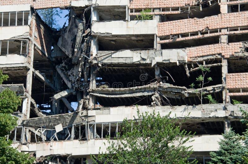 De ruïneuze bouw in Belgrado royalty-vrije stock foto