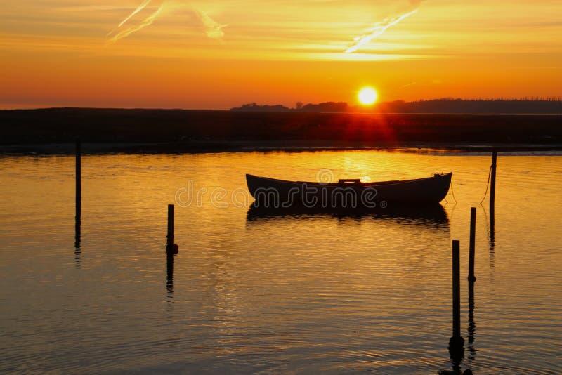 De rubberboot omhelst de zonsondergang royalty-vrije stock fotografie