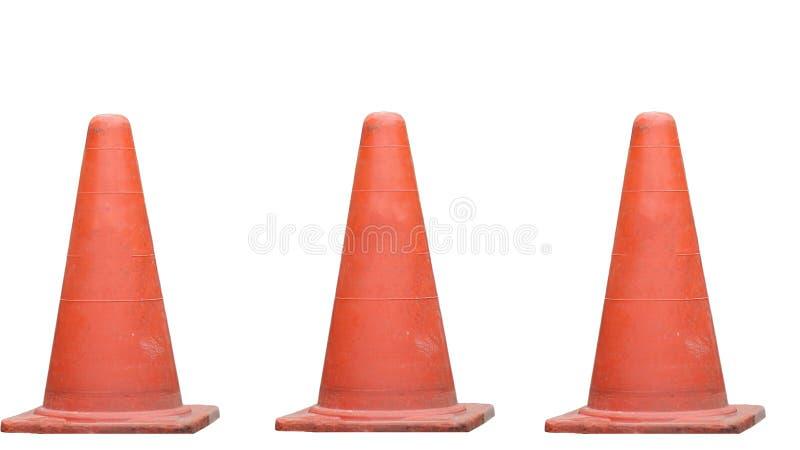 De rubberkegel op de weg is een teken om zorgvuldig te zijn Op witte bac stock afbeelding