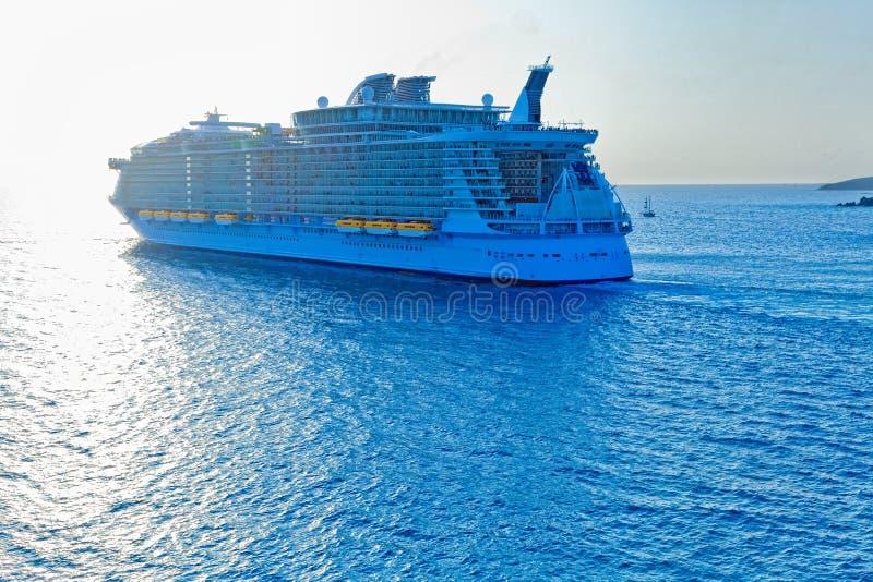 De Rubriek van het Schip van de cruise uit aan overzees stock afbeelding