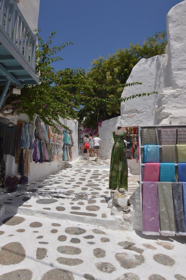 De rues étroit pittoresque très complètement des boutiques en île de Chora de Mikonos Arte History Architecture photographie stock libre de droits
