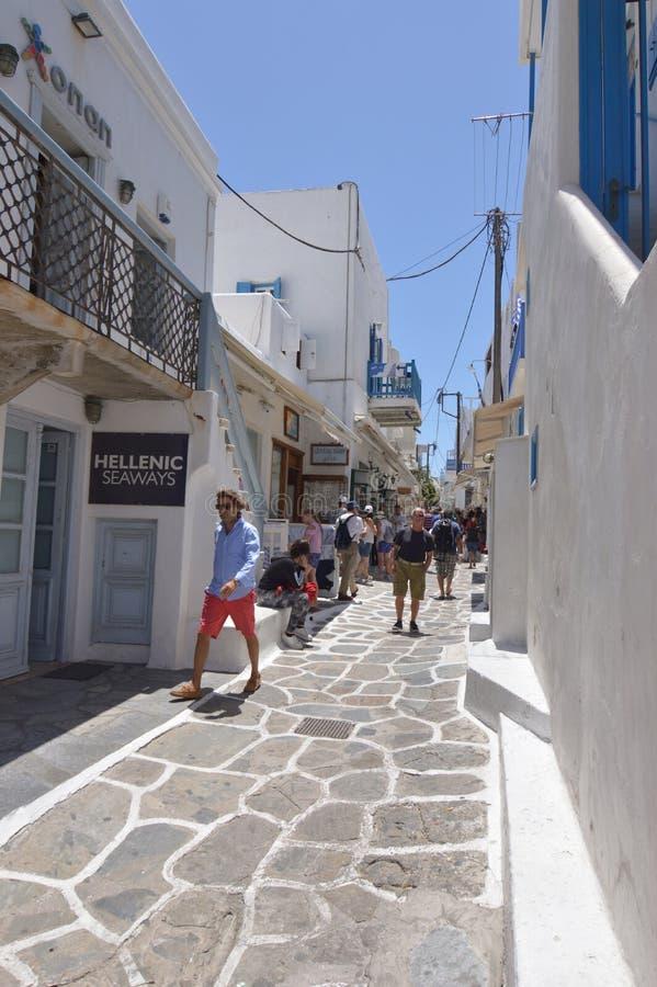 De rues étroit pittoresque très complètement des boutiques en île de Chora de Mikonos Arte History Architecture image libre de droits