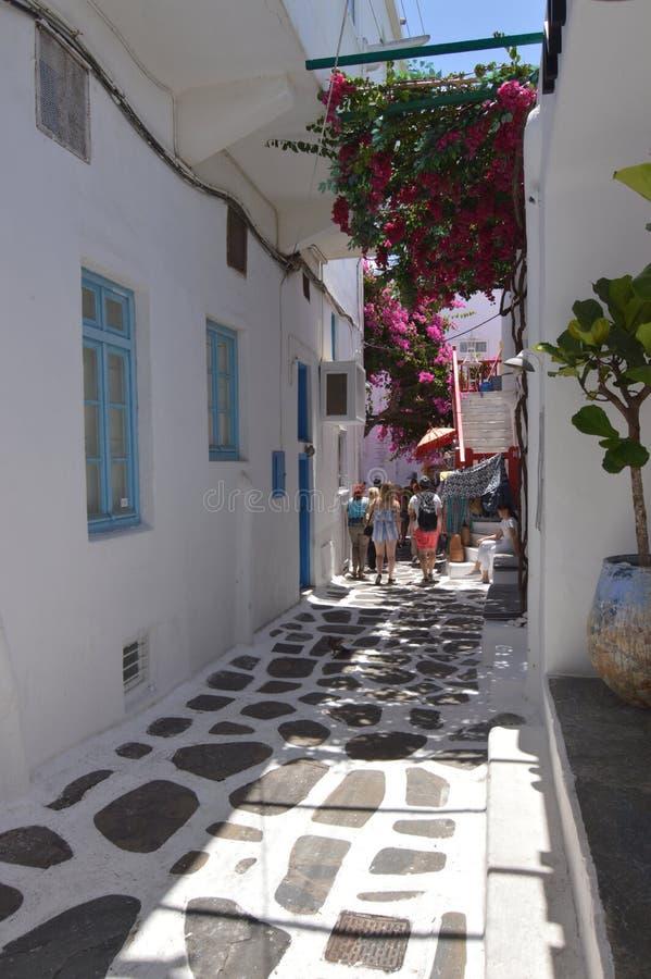 De rues étroit pittoresque très complètement des boutiques en île de Chora de Mikonos Arte History Architecture photos libres de droits