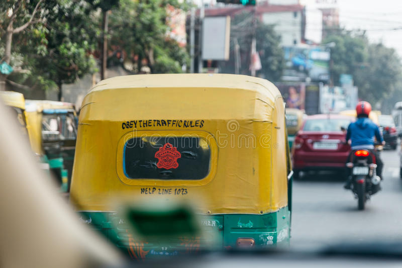 De rug van gele en groene taximeter op de straat in Kolkata, India stock foto