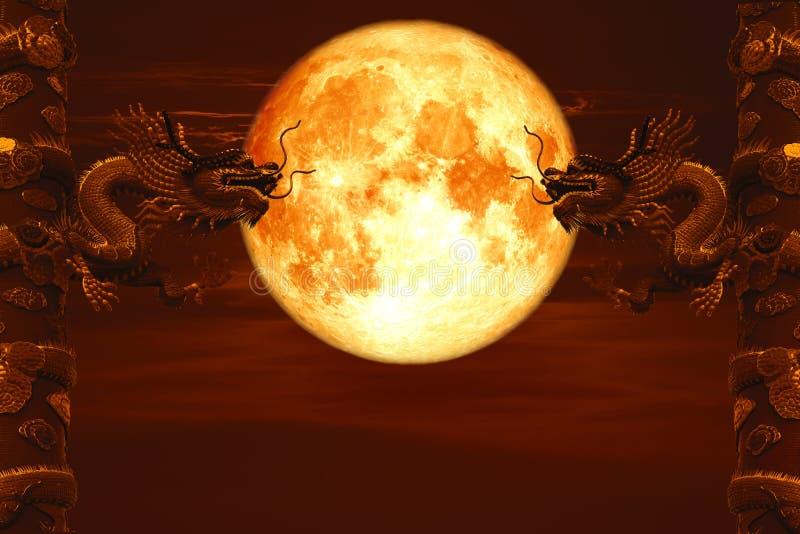 De rug van de Kerstmismaan tussen twee pijlers van de rode hemel van de draaknacht royalty-vrije stock foto's