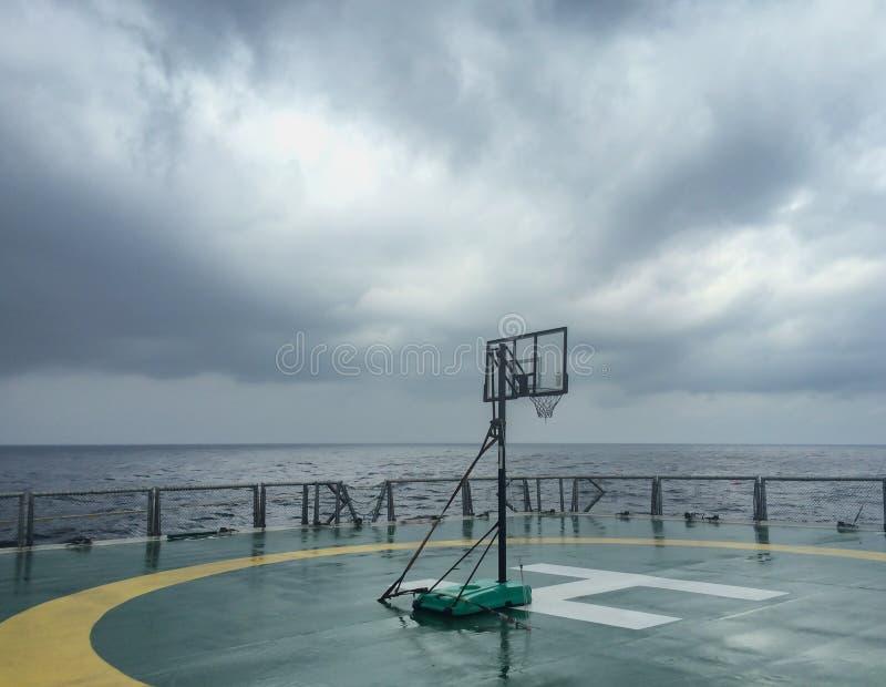 De rugplank van het basketbalhof op helikopterdek in seismisch schipschip in Andaman-Overzees royalty-vrije stock afbeelding