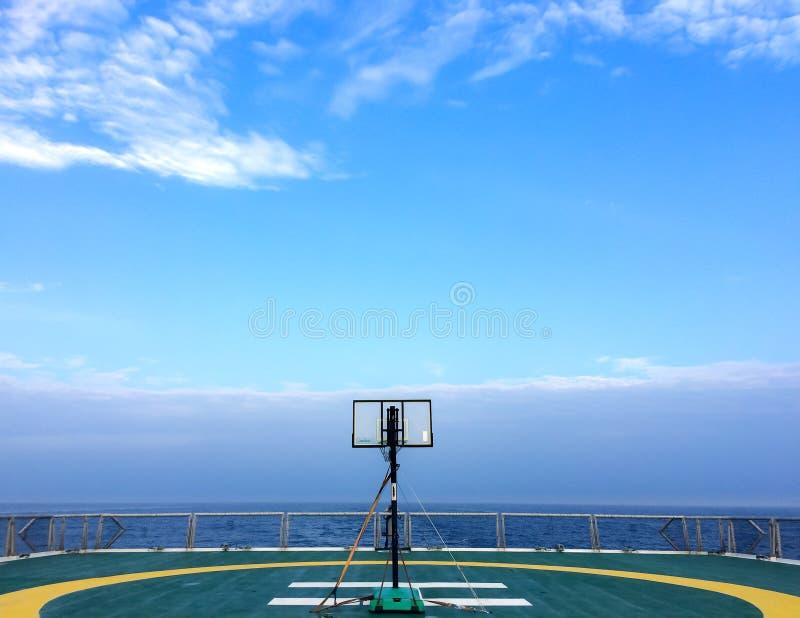 De rugplank van het basketbalhof op helikopterdek in seismisch schipschip in Andaman-Overzees voor olie en gasonderzoek met blauw stock foto