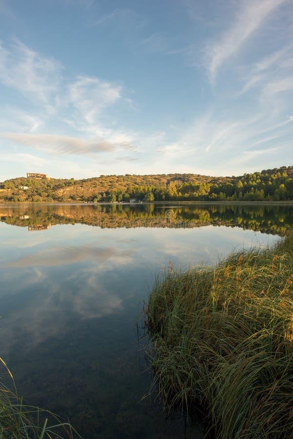 De ruidera lagunes op de route van Don Quichot met een blauwe hemel stock fotografie