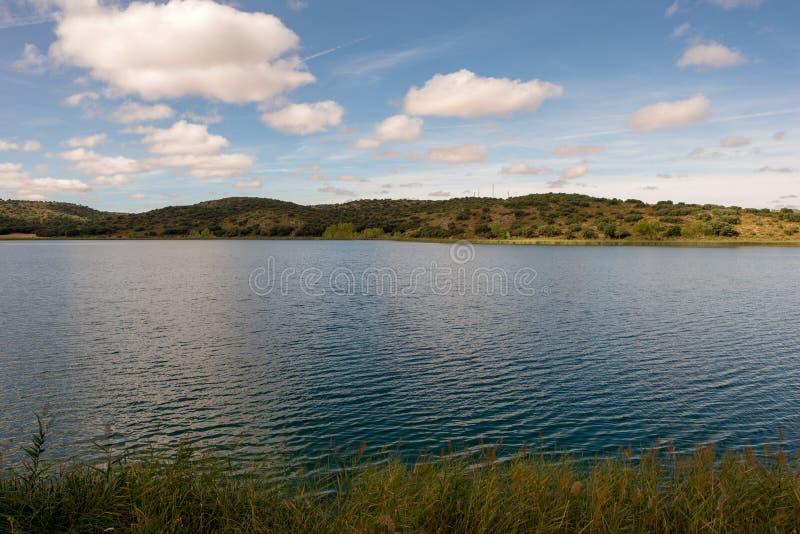De ruidera lagunes op de route van Don Quichot met een blauwe hemel royalty-vrije stock foto's