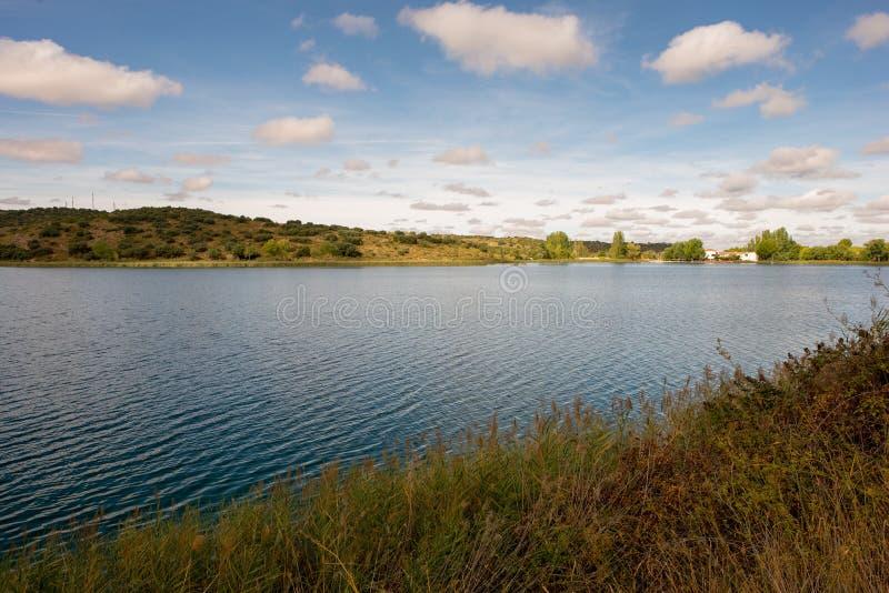De ruidera lagunes op de route van Don Quichot met een blauwe hemel royalty-vrije stock foto