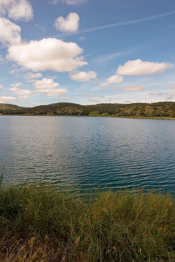 De ruidera lagunes op de route van Don Quichot met een blauwe hemel stock foto's