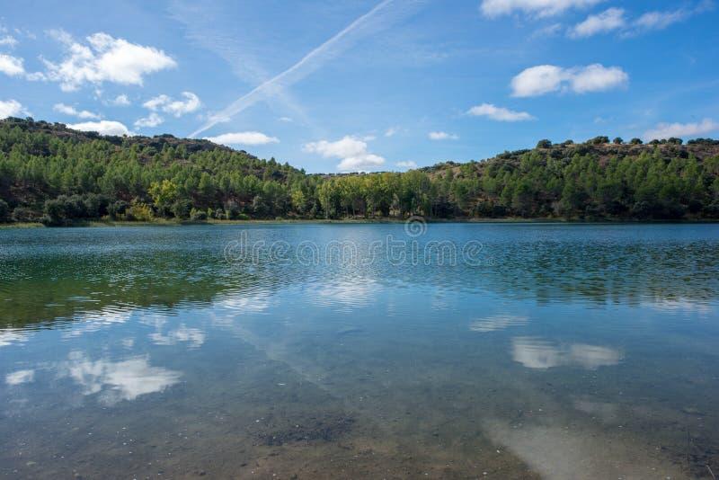 De ruidera lagunes op de route van Don Quichot met een blauwe hemel stock afbeeldingen