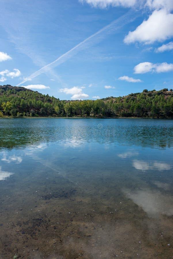 De ruidera lagunes op de route van Don Quichot met een blauwe hemel stock foto