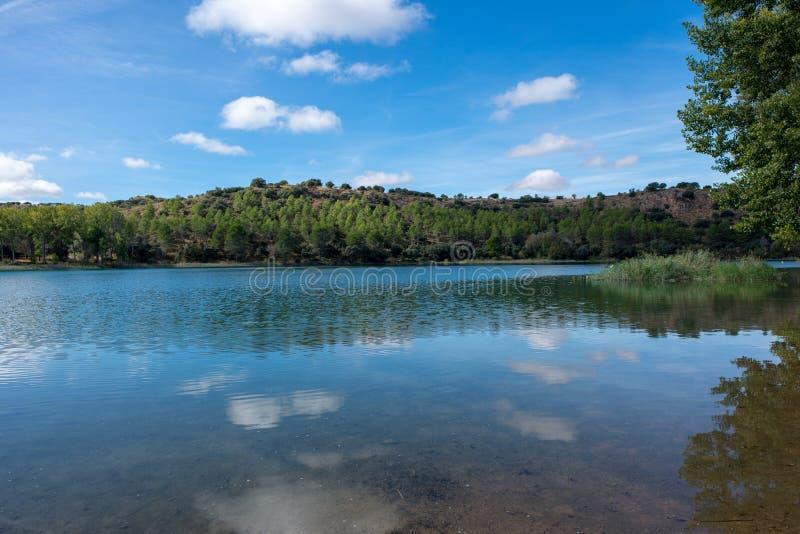 De ruidera lagunes op de route van Don Quichot met een blauwe hemel stock afbeelding