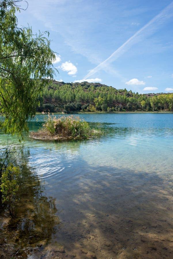 De ruidera lagunes op de route van Don Quichot met een blauwe hemel royalty-vrije stock afbeelding