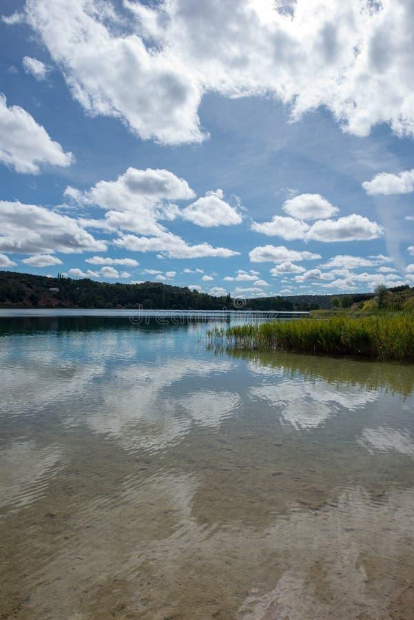 De ruidera lagunes op de route van Don Quichot met een blauwe hemel royalty-vrije stock afbeeldingen
